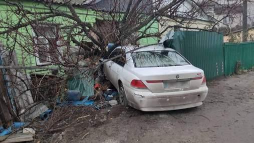 Втік та повідомив про викрадення: під Києвом BMW розніс паркан та влетів у будинок