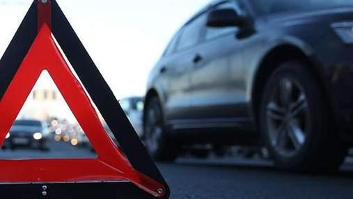 У Києві на набережній масштабна ДТП: в аварію потрапили 5 автівок, є постраждалі
