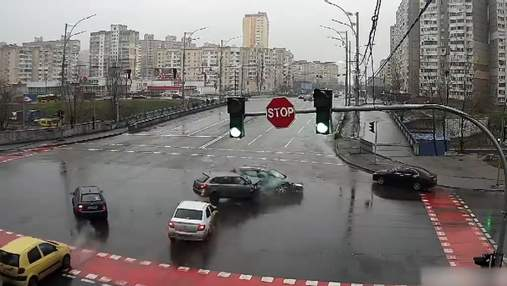 В Киеве на Троещине в ДТП попали 3 автомобиля: видео