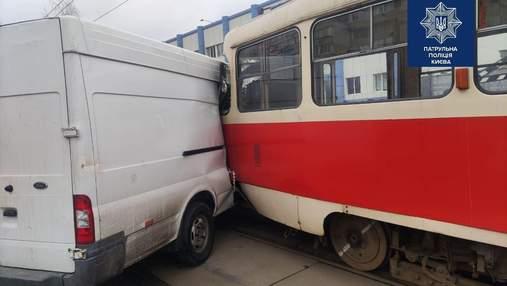 Аварія у Києві заблокувала рух трамваїв: де трапилась ДТП – фото