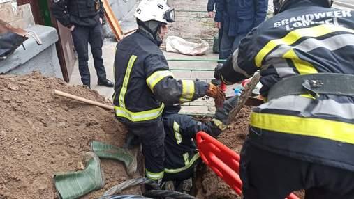 У Києві чоловіка на смерть завалило піском у дворі багатоповерхівки: фото 18+
