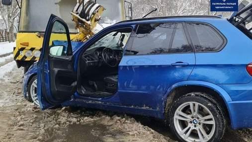 В Одесі елітна BMW влетіла в автокран, постраждали діти: фото