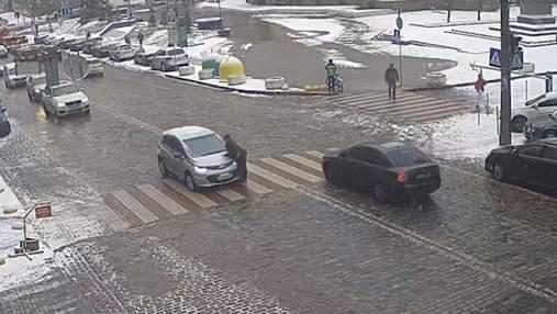 Просто їхав прямо: на переході у центрі Києва легковик зніс пішохода – відео