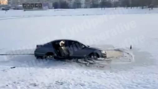 Автомобіль застрягнув у замерзлому озері Києва: вражаюче відео