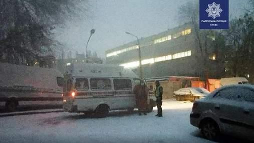 Заліз на дерево з мотузкою на шиї: у Києві патрульні врятували чоловіка від самогубства – фото