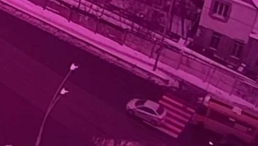 Тягнув понад 10 метрів: у Києві на переході маршрутник на смерть збив чоловіка – відео 18+