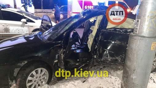 Летел на огромной скорости: в Киеве водитель Mitsubishi врезался в столб – фото