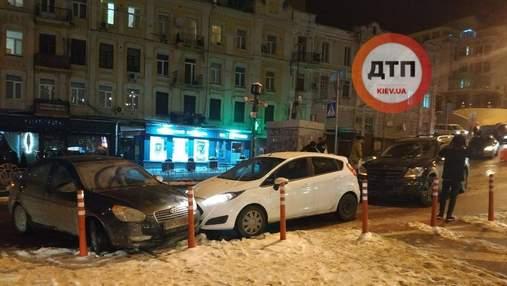 Из-за прорванной трубы: в центре Киева произошла масштабная авария с 6 машинами – фото