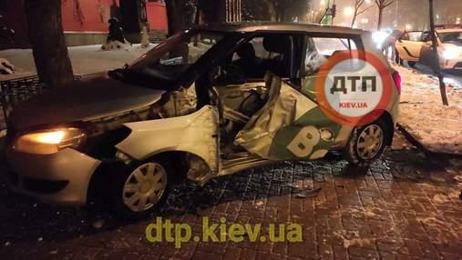 В центре Киева таксист вылетел с дороги и разбил машину: фото