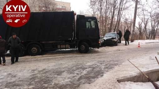 В Киеве неуправляемый мусоровоз эпически протаранил 9 машин: видео