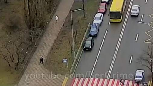 В Киеве автобус сбил на пешеходе человека: видео (18+)