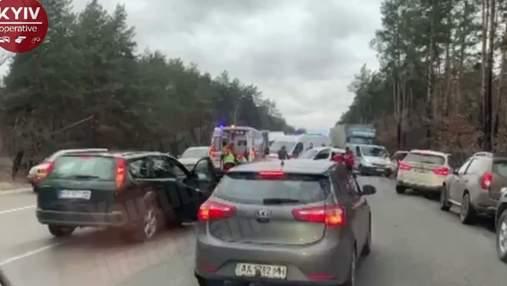 На трассе под Киевом произошла масштабная авария с участием не менее 5 машин: есть пострадавшие