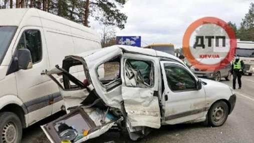 Под Киевом в аварию попали сразу 3 авто: есть пострадавшие – фото, видео
