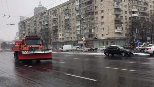 На Київ насуваються дощ та снігопади: комунальники почали обробку доріг