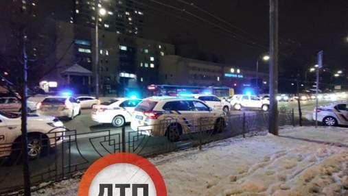 Вчинили стрілянину та намагалися втекти: у Києві затримали озброєних автоматами чоловіків