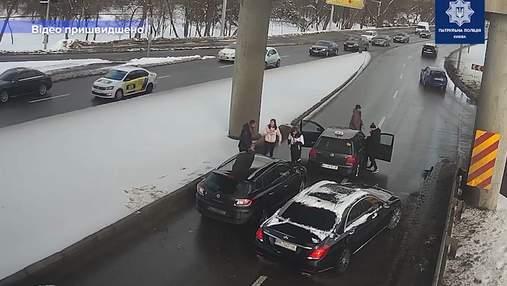 У Києві затримали чоловіків, які побили водія на мості Метро через конфлікт на дорозі: відео