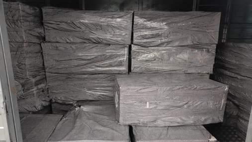 """Вантаж вагою 2 тонни: у """"Борисполі"""" затримали велику партію контрабандних цигарок – відео"""