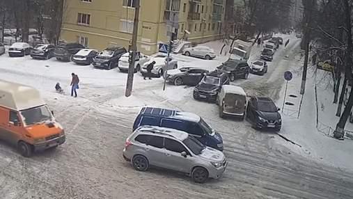 Из-за снегопадов и гололеда: в Киеве за день произошло почти 250 ДТП – видео