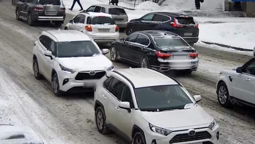 У центрі Києва жінка двічі протаранила одну й ту саму автівку: епічне відео