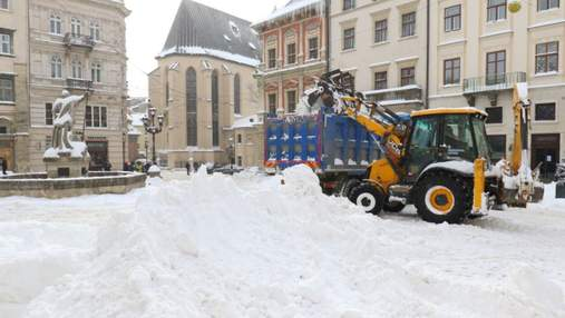 Сніговий колапс у Львові: комунальники посилено працюватимуть навіть у вихідні