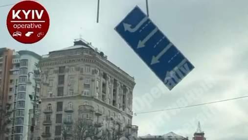 В центре Киева дорожный знак упал на машины: видео