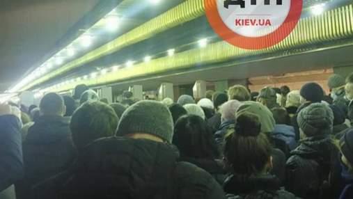 Из-за закрытия входа: в метро Киева образовалась ужасная давка – видео
