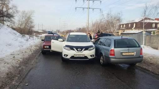Объезжала пробку по встречке: в Киеве водитель Nissan застряла между легковушками – фото