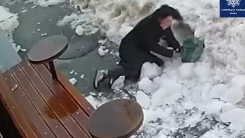 У центрі Києва жінку завалило снігом: вона зайшла за стрічку – відео