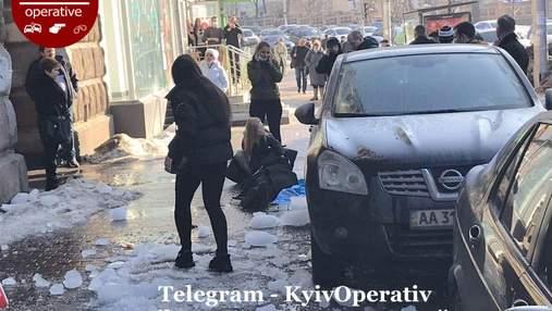 Чергова жертва бурульок: у Києві на голову людині впав велетенський шматок льоду