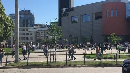 Люди були в паніці: у Львові знову замінували ТРЦ Forum – фото і відео