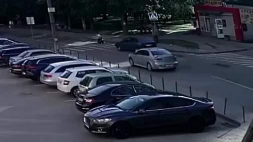 Розлетілися в різні боки: у Львові авто збило 2 дітей на пішохідному переході – відео