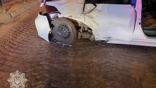 Врізався в авто, а потім – у стіну: у Львові п'яний водій позашляховика втікав від поліції