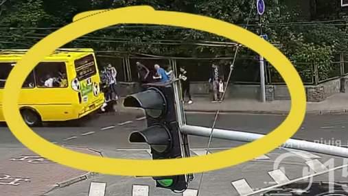 У центрі Львова маршрутка збила 16-річну: дівчина переходила дорогу на світлофорі – відео