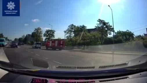 Чоловік ледь не згорів: у Львові водій не пропустив авто ДСНС, яке їхало гасити масштабну пожежу