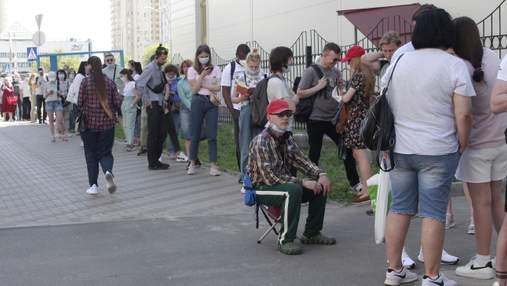 Со стульями и книгами: как в Киеве ждут на вакцинацию