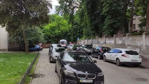 Лежав просто на асфальті: у Львові посеред вулиці знайшли небіжчика – фото