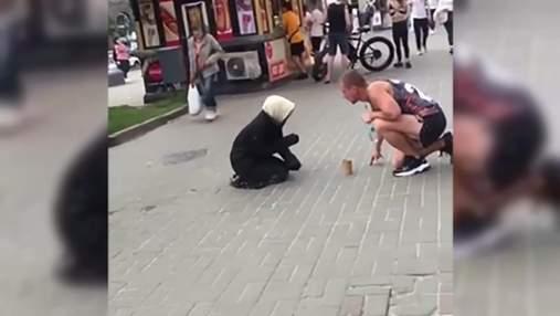 """В столице """"бабушка-нищенка"""" оказалась мужчиной с усами: видео разоблачения"""