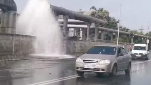 В Киеве образовался гейзер: трубу прорвало посреди дороги – видео
