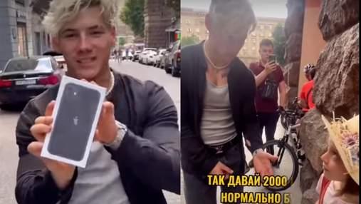 """Дитяча зневіра: з'явилося повне відео, як блогер Волошин """"киданув"""" дівчинку на айфон"""