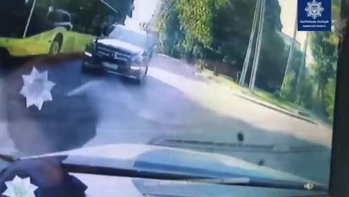 У Львові водій Mercedes-Benz ледь не влетів у патрульних на зустрічці: відео