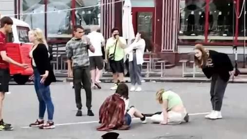 Щосили головою об асфальт: у центрі Києва побилася компанія юних дівчат – відео 18+