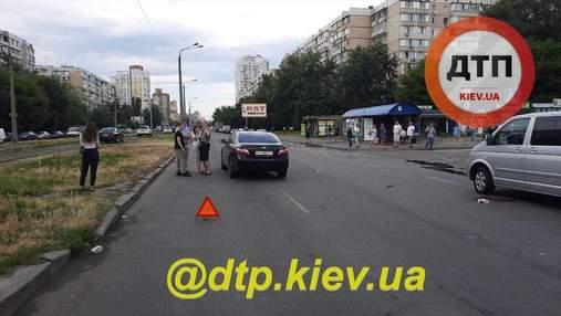 В Киеве на Харьковском массиве легковушка снесла мать с ребенком на пешеходном переходе: видео