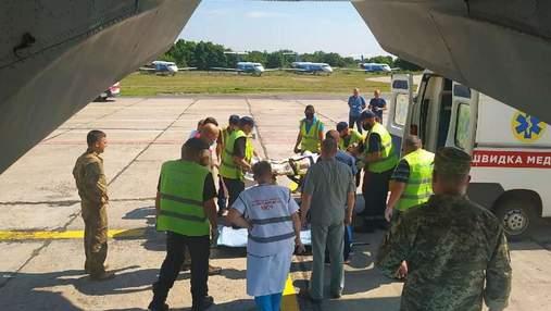 Девятерых военных самолетом доставили на лечение в киевский госпиталь