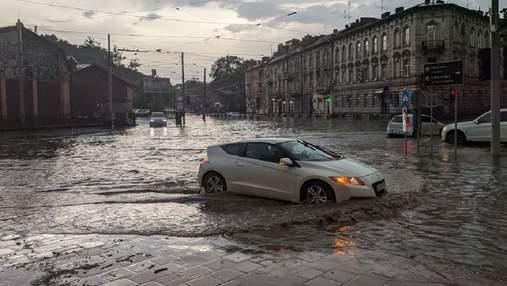Автівки доводиться штовхати: жахлива негода паралізувала вулиці Львова – фото, відео
