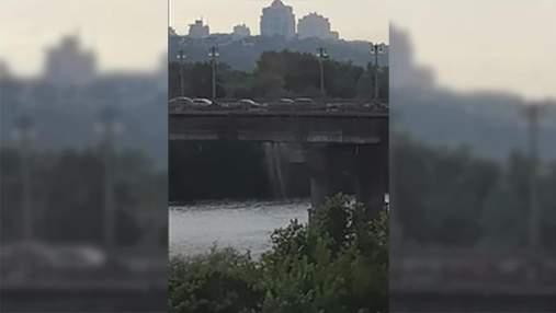 В Киеве образовался зрелищный водопад на мосту Патона: видео
