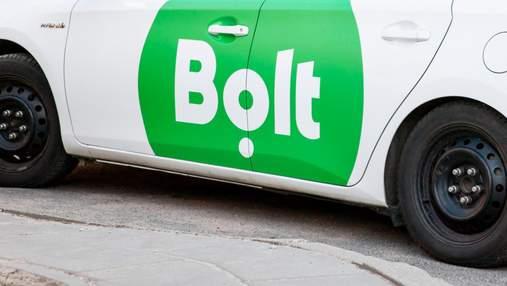 Вдарив по обличчю і штовхнув на асфальт: у Києві водій Bolt викинув з таксі клієнтку – відео