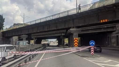 Прямо на машину: в Киеве с Берестейского путепровода упал огромный кусок бетона – видео
