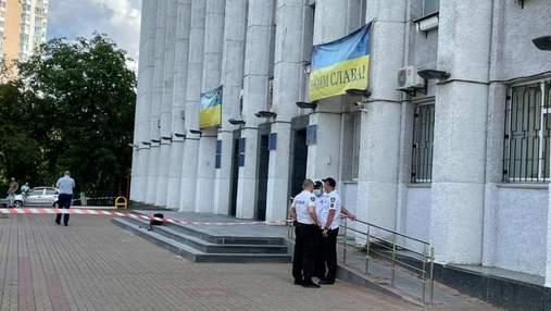 Вооруженный мечом: в Вышгороде под Киевом мужчина устроил стрельбу возле горсовета