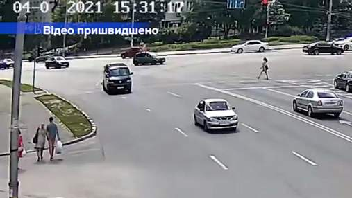В Киеве неуправляемый микроавтобус чудом проехал оживленный перекресток и влетел в забор: видео