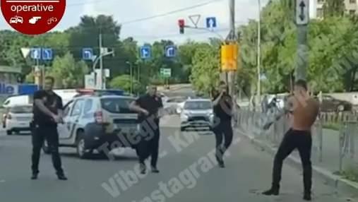 Нейтралізували дерев'яною палицею: у Києві затримали чоловіка, що кидався на копів із ножем